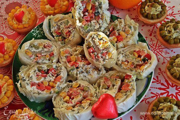 Потом аккуратно разрежем на порции...и получим целую тарелку красивой закусочки :-)
