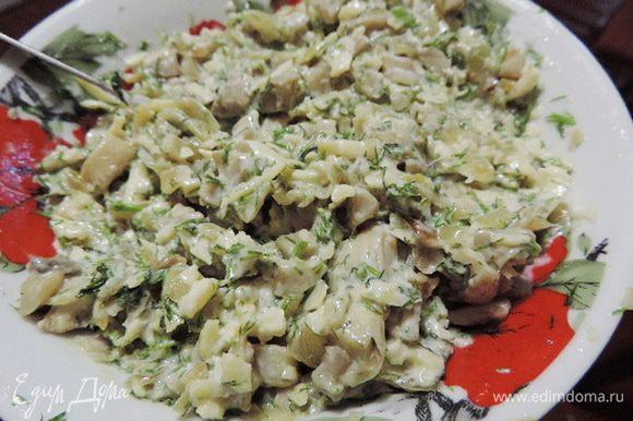 Сыр (у меня российский) терем на крупной терке, смешиваем с остывшими грибами, добавляем сметану и мелконарезанный укроп по вкусу. Не любите укроп - не добавляйте его или замените петрушкой :-)