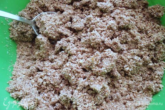 """Приготовить основу. Орехи и семечки прокрутить 2 раза через мясорубку (или, как я ее называю, """"орехомолку""""). Добавить остальные ингредиенты и тщательно перемешать. Воды потребуется несколько ложек. Она нужна тут только для того, чтобы все тщательно соединить."""