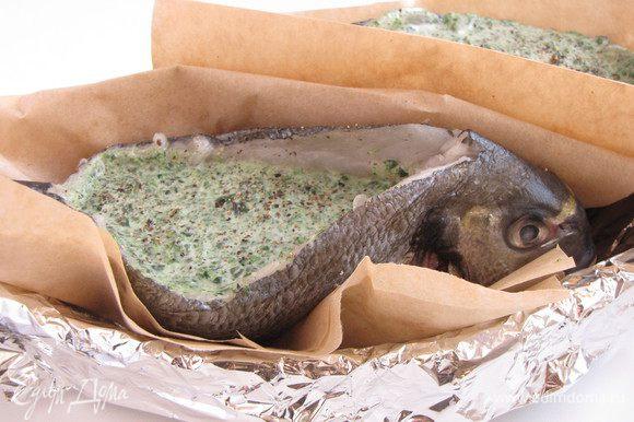 Каждую рыбу завернуть в пергамент или фольгу, верх оставить открытым. Переложить в форму и поставить в разогретую до 180 град. духовку на 20 минут.