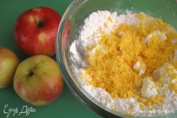 Масло подержать при комнатной температуре, чтобы оно размягчилось. К муке добавить кусочки сливочного масла, песок, остывшие желтки, протертые через сито. Добавить соль, ванилин (вместо ванилина можно добавить лимонную цедру).