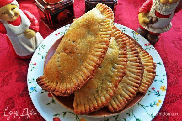 Одними конфетами сыт не будешь, поэтому попробуйте испечь очень вкусные кальцоне от Маргариты: http://www.edimdoma.ru/retsepty/71498-kaltsone-ili-empanadas-calzone-o-empanada