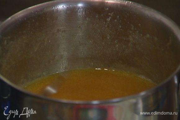 Сахар, 150 г предварительно размягченного сливочного масла и сахарный сироп соединить в небольшой кастрюле и прогревать на медленном огне до полного растворения сахара.