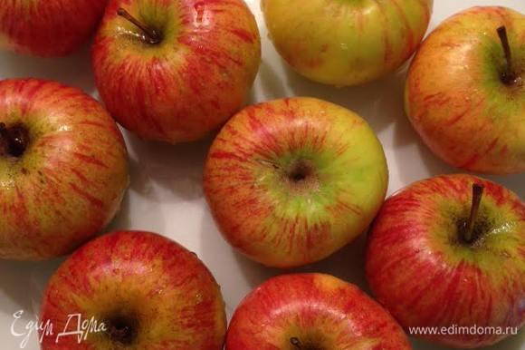 Духовку разогреть до 180 гр. Яблоки очистить, удалить сердцевину и разрезать на 4 части.