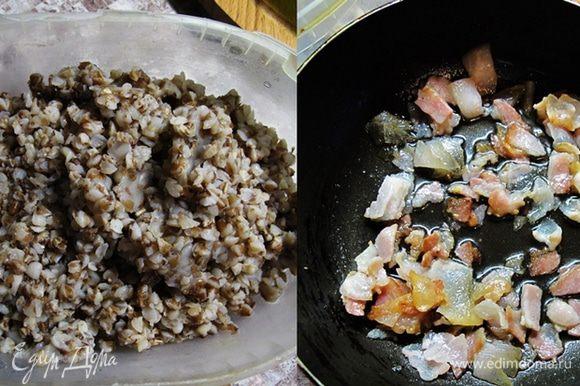 Отварите гречу до рассыпчатого состояния. Обжарьте нарезанный небольшими кусочками бекон с мелко рубленым чесноком.