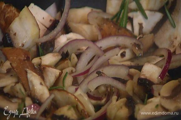 Выложить к луку с чесноком нарезанные грибы, посолить, поперчить, добавить листья тимьяна и розмарина, перемешать и обжаривать все 7–8 минут, не накрывая крышкой.
