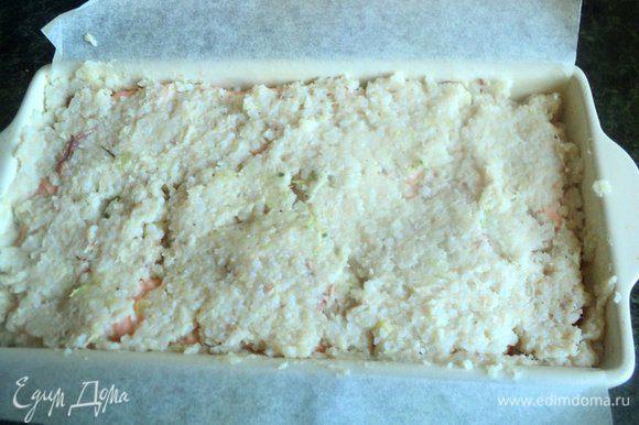 Сверху равномерно выложить 2/3 оставшейся белой рыбной массы, хорошо заполняя промежутки между черешками брюссельской капусты.
