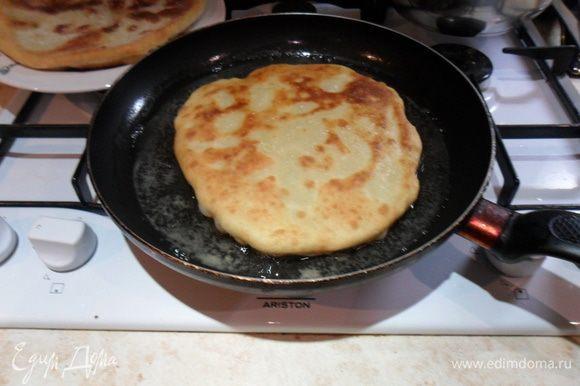 Обжариваем на разогретом растительном масле, оно должно покрывать дно сковороды. После обжаривания нескольких плэчинт масло подливаем.