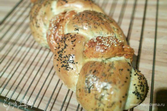 Со свежеиспечённым домашним хлебушком, к примеру, как я от Еленочки http://www.edimdoma.ru/retsepty/71480-hleb-s-zelenyu-i-krasnym-pertsem Очень рекомендую!