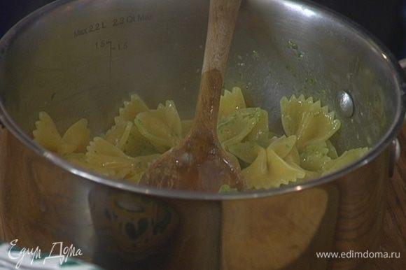 К горячей пасте добавить песто, обжаренный лук, влить 1–2 ст. ложки воды, в которой варилась паста, все перемешать.
