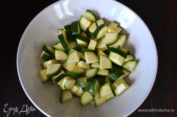 Тем временем кабачок цукини нарезать на небольшие кубики (вместо цукини можно использовать другие овощи по Вашему желанию, в рецепте-оригинале был красный сладкий перец)