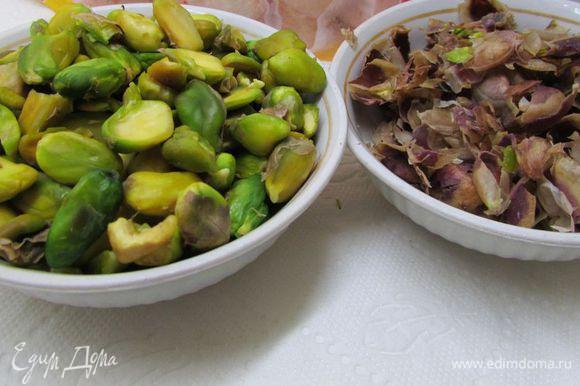 Фисташки прокалить на горячей сковороде, помешивая 5 минут. Переложить в миску и залить кипятком на 2-3 минуты. Воду слить, очистить орешки от шелухи.