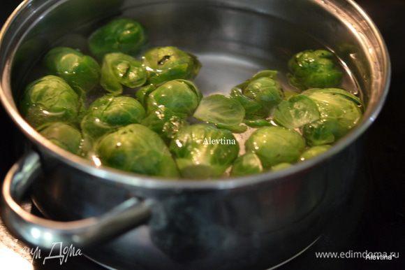 Разогреть духовку до 200 гр. Помыть и отварить слегка капусту в соленой воде 5 мин. Порезать на половинки.