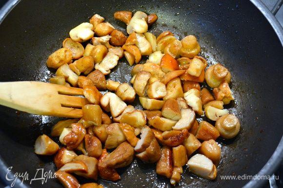 """Одновременно подготовить грибы. Очистить их и нарезать кубиками. Обжарить грибы на сковороде с оливковым маслом и зубчиком чеснока """"в рубашке"""" (неочищенным). В процессе обжаривания добавить веточку тимьяна, посолить и поперчить по вкусу. Как только грибы будут готовы, удалить чеснок и тимьян."""