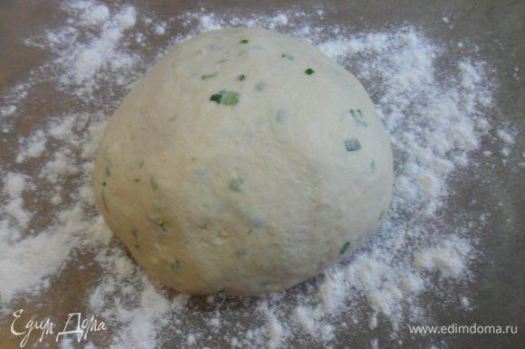 Добавить лук и чеснок в тесто и хорошо вымесить.
