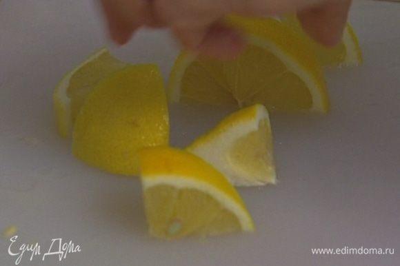 Лимон разрезать пополам, из одной половинки выжать сок, другую порезать на дольки.