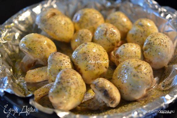 По рецепту грибы просто моют и нарезают тонко, мы не едим в семье шампиньоны свежими - только после небольшой обработки горячей температурой в духовке или легкой обжарки на сковороде.