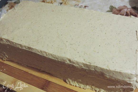 Верх и бока торта обмазываем кремом и выравниваем. Бока можно сильно не выглаживать, их мы спрячем под посыпку.