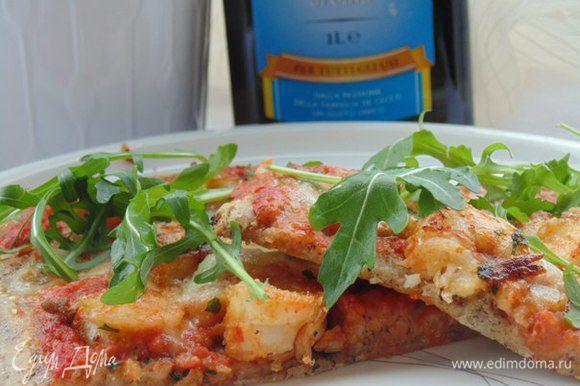 Готовую пиццу посыпать рукколой. Buon appetito!