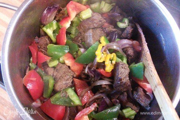 Овощи добавить к мясу. По желанию добавьте острый свежий чили.