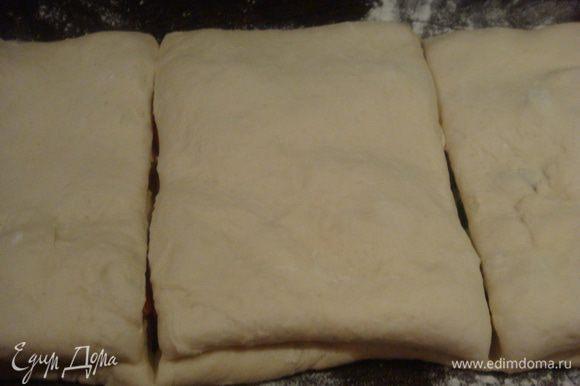 Разрезать хлеб на три части. С одной стороны хорошо защипать разрез.