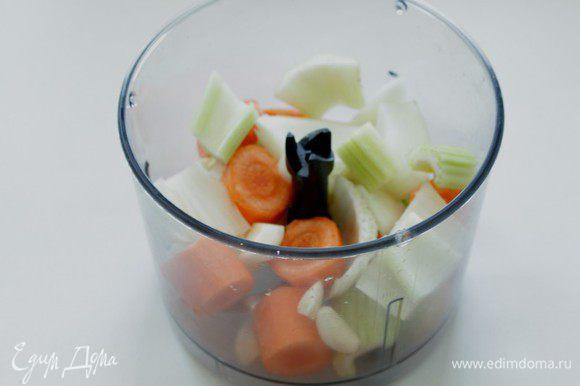 Все овощи порезать кусочками и измельчить в блендере.