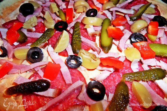 Тут по желанию: маслины кружочками, огурчики мелкие, вдоль нарезанные, шампиньоны на четверти, всё распределить.