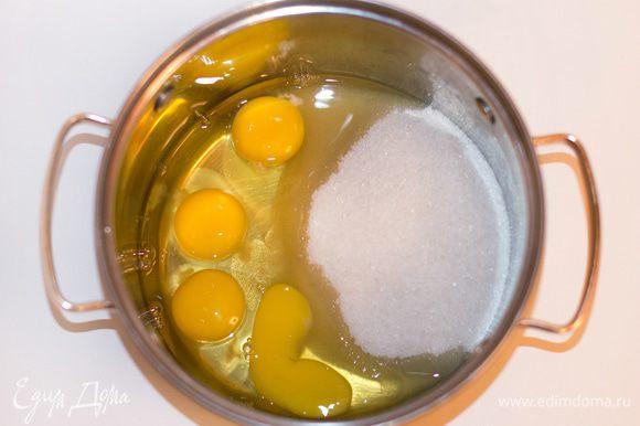 Приготовить кокосовый бисквит: яйца и сахар соединить.