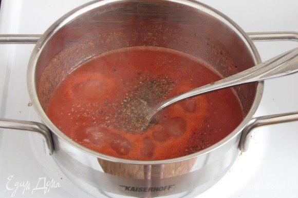 В рецепте было сказано взять томатное пюре. Такого продукта я у нас не нашла, поэтому приготовила пюре из помидоров в собственном соку, взбив их блендером. Думаю, что в сезон можно использовать свежие помидоры. Томатное пюре посолить, поперчить, добавить нарезанные вяленые помидоры (как было сказано выше, вяленые помидоры я не использовала, но добавила немного сухих итальянских трав). Массу довести до кипения, снять с огня, добавить отжатый желатин и хорошо перемешать.