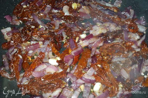 """Когда лук станет мягким, добавить томаты и обжарить 2-3 минуты. Параллельно отварить пасту до состояния """"аль-денте""""."""