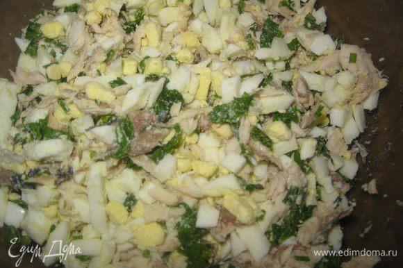 Для начинки: нарезать отварную скумбрию, вареные яйца и измельченную петрушку. Перемешать. Добавить 2 ст.л майонеза. Еще раз перемешать.