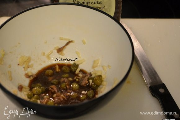 Помидоры черри помыть, разрезать на 2 части. Посолить. Дать постоять, образовавшийся сок слить в тарелочку. В небольшой емкости смешать каперсы (крупные порезать), чеснок раздавленный, анчоусы (филе, порезанное на кусочки) Добавить оливковое масло, смешанное с бальзамическим уксусом, в анчоусную смесь и перемешать. Добавить томатный сок, который отложили. Перемешать.
