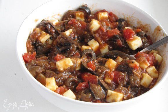 Порезать моцареллу на кубики и добавить в остывший соус.