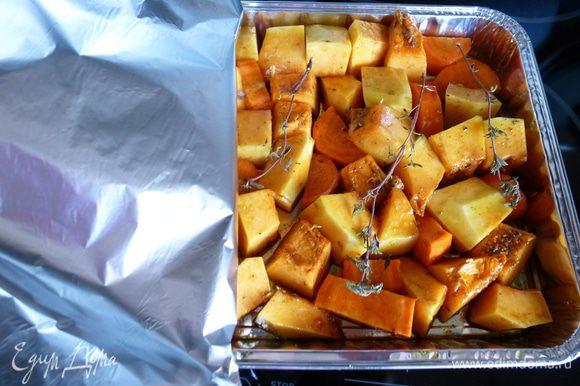 Сверху на овощи выкладываем веточки тимьяна, плотно закрываем форму фольгой и ставим в разогретую до 200 градусов духовку на 1 час. За 10-15 минут до окончания снимаем фольгу и даем овощам подрумяниться.
