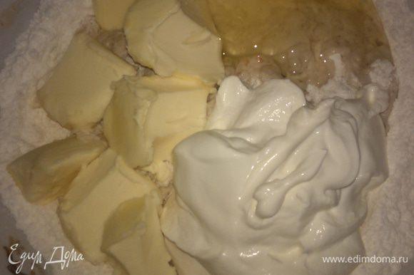 Муку нужно дважды просеять, добавить к ней сметану, мягкое сливочное масло, яйцо. Замесить мягкое тесто, постепенно всыпать мускатный молотый орех.