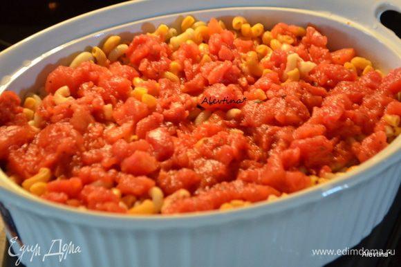Переложить макароны и кусочки курицы в блюдо для запекания, перемешать. Добавить сверху консервированные томаты в соку, порезанные кубиками.