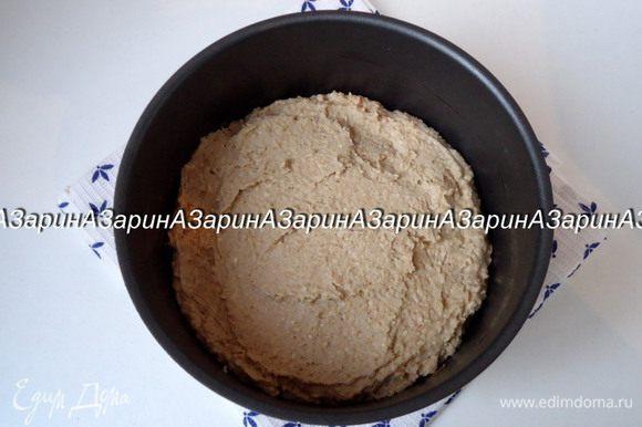 Выложить тесто в форму d = 18 см, смазанную маслом. Выпекать пирог в заранее разогретой духовке до 180 градусов, 30 минут.