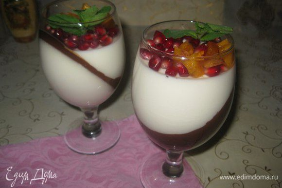 Оставшуюся молочную смесь я потом чуть подогрела и долила в бокалы. Уже поставила их ровно застывать в холодильник. Перед подачей украсить фруктами. Желаю Всем любви и романтического настроения!