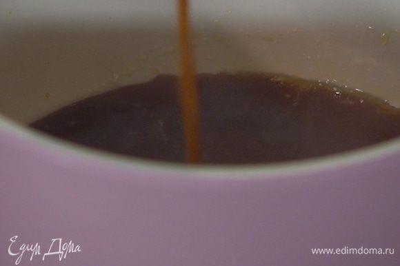 В небольшом сотейнике слегка прогреть мед, влить 50–70 мл свежезаваренного кофе и прогревать все вместе еще около минуты.