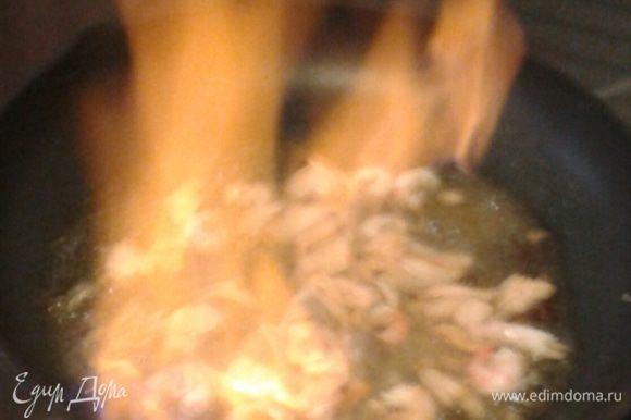 Добавляем коньяк и поджигаем. Когда пламя погаснет, добавляем чеснок, сливки, соль, перец, лимонный сок.