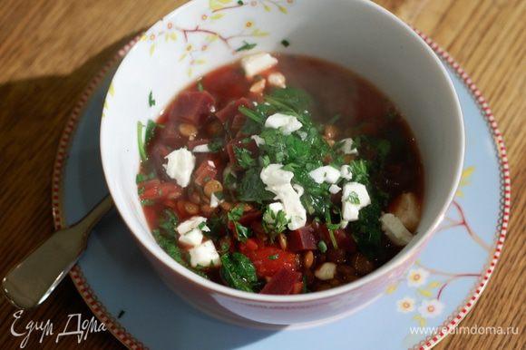Суп разлить в тарелки, добавить понемногу нарезанной феты, посыпать петрушкой.