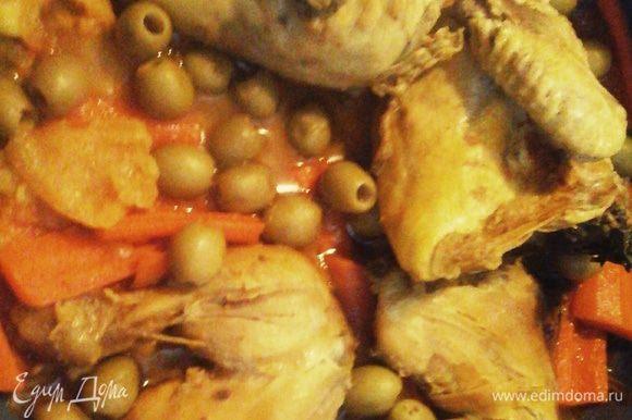 Почистить морковь, разрезать пополам, вынуть сердцевину. Положить в кастрюлю в месте с оливками. Готовить ещё 20 минут. Соль добавить в конце по вкусу.