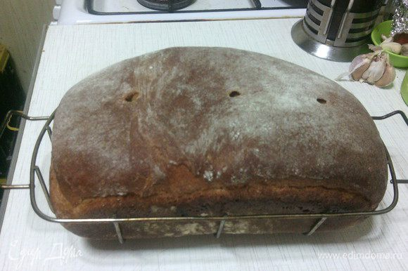 Остудите готовый хлебушек на решетке.