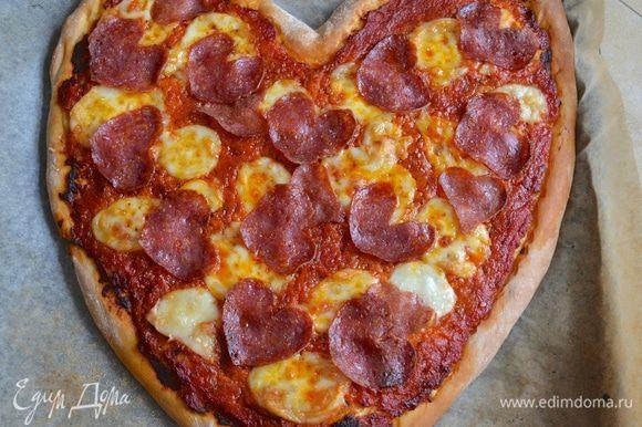 Запекать в разогретой духовке около 25 минут. Готовую пиццу подавать сразу же! Очень красиво при подаче украсить такую пиццу свежими листиками базилика! (у меня не оказалось).