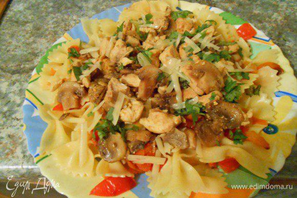 Измельченные лук и чеснок обжарить на оливковом масле. Болгарский перец нарезать кубиками, переложить в сковороду. Готовить 5 минут. Помидоры размять, переложить в сковороду. Приправить солью и перцем.