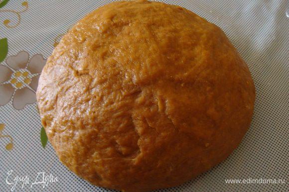Вынимаем тесто. При необходимости можно добавить немного муки, тесто должно получиться эластичным и приятным в работе. Вес - 1350г.
