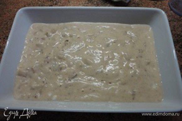 Частями ввести взбитые белки и всю массу вылить в форму, смазанную маслом.