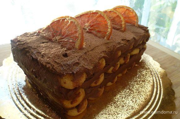 И так продолжаем чередовать, пока не соберем торт. Убираем торт в холодильник на 2 часа (а лучше на ночь), чтобы он пропитался. Готовый торт присыпаем какао-порошком и украшаем дольками апельсина. Приятного аппетита!