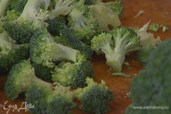 Брокколи и цветную капусту разобрать на небольшие соцветия.