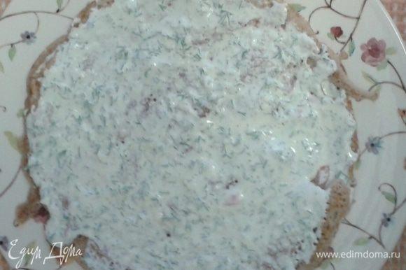 Далее промазываем блин сметано-масляным соусом.